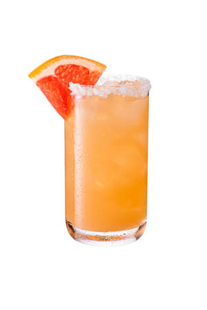 Verfrissende Tequila Paloma-cocktail op wit met een uitknippad
