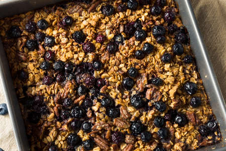Healthy Homemade Baked Oatmeal with Blueberries and Nuts Standard-Bild
