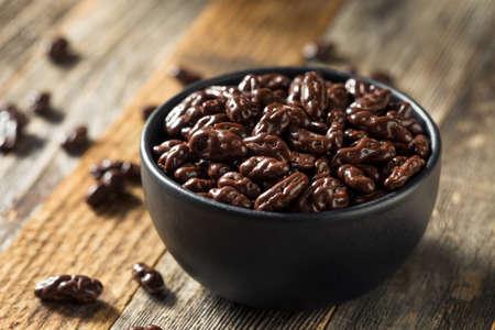 Baies de Goji enrobées de chocolat sucré prêtes à grignoter