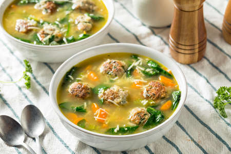 Homemade Italian Wedding Soup with Spinach and Meatballs 免版税图像