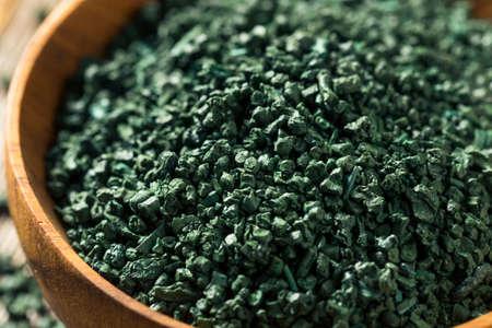 Raw Green Organic Algea Spirulina in a Bowl Standard-Bild - 121479785