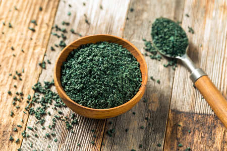 Raw Green Organic Algea Spirulina in a Bowl Standard-Bild - 121479808