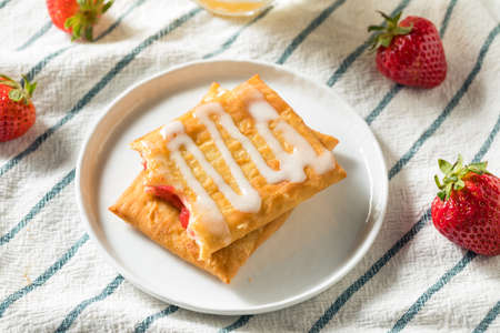Sweet Breakfast Strawberry Toaster Pastry with Frosting 写真素材 - 121480123