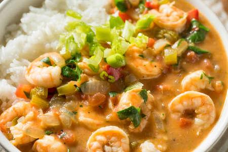 Würziges hausgemachtes Cajun Shrimp Etouffee mit weißem Reis Standard-Bild