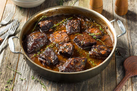 Côtes levées de bœuf braisées maison avec sauce et pommes de terre Banque d'images