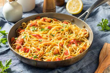 Herzhafte hausgemachte Hummer-Pasta mit Petersilie und Tomate