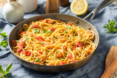 Pastaa de langosta casera con perejil y tomate
