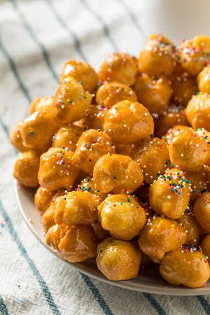 Hausgemachte süße italienische Struffoli mit Honig und Streuseln