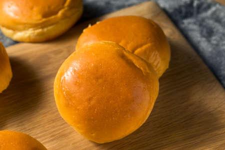 Domowe słodkie bułeczki hamburgerowe Brioche gotowe do spożycia
