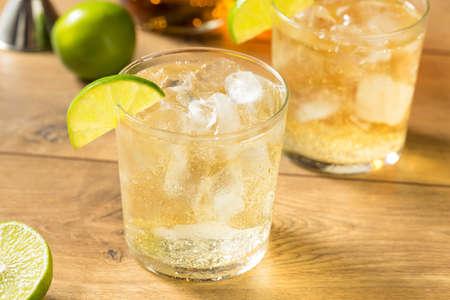 Hausgemachter Rum-Tonic-Cocktail mit Limette