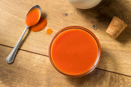 Spicy Hot Organic Red Buffalo Sauce in a Bowl Stockfoto