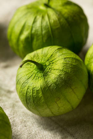 Organic Green Fresh Tomatillos in a Husk Stockfoto