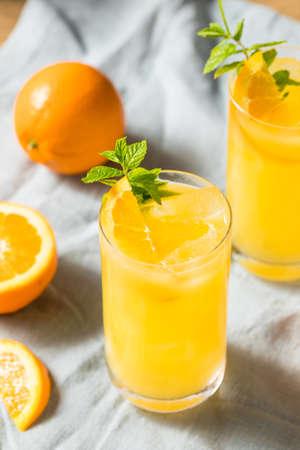 Cocktail fatto in casa con aranciata con menta e vodka Archivio Fotografico