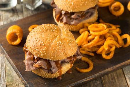 Sándwich casero de carne asada a la barbacoa con papas fritas al curley