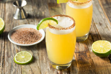 Cocktail Mexicain Bière et Citron Vert Michelada avec Sel
