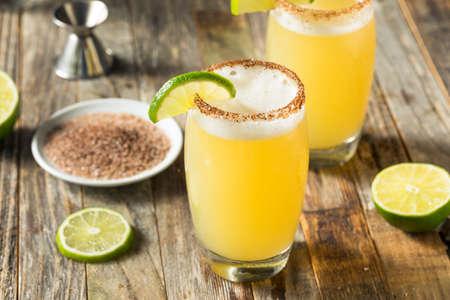 Coctel de Michelada de Limón y Cerveza Mexicana con Sal