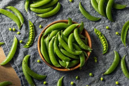 Pois mange-tout bio verts crus en botte