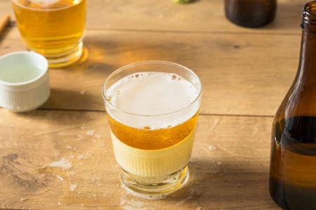 Alkoholische japanische Sakebombs mit Reiswein und Bier