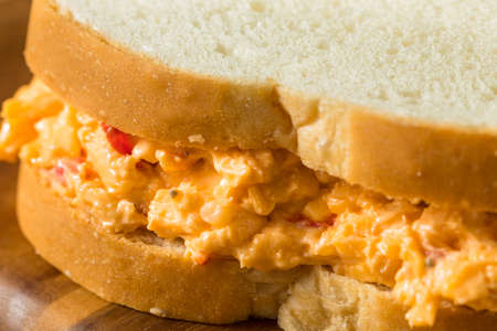 Homemade PImento Cheese Sandwich with Potato Chips Standard-Bild
