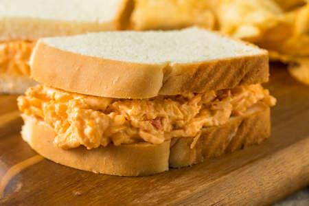 Hausgemachtes Pimento-Käse-Sandwich mit Kartoffelchips Standard-Bild