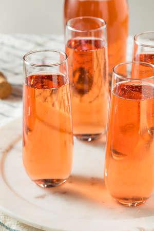 Sparkling Red Rose Champagne in a Glass Standard-Bild