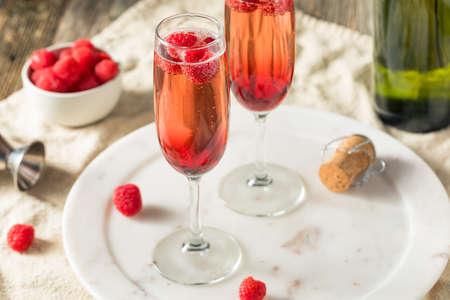 Kir Royale alcolico rinfrescante con lamponi allo champagne