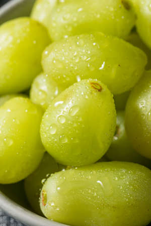 Organic Raw Green Grapes in a Bowl Archivio Fotografico