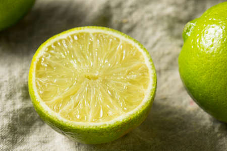 Raw Organic Green Limes in a bunch Banque d'images