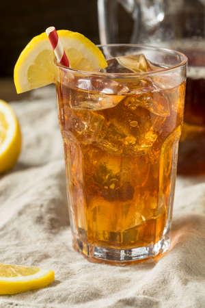 Sweet Refreshing Cold Iced Tea with Lemon Foto de archivo