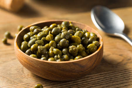 Organic Pickled Canned Capers in a Bowl Foto de archivo