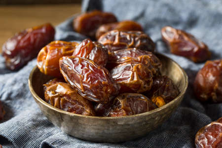 Organic Dry Red Dates in a Bowl Stockfoto
