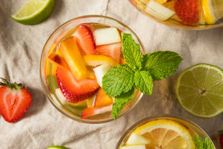 Boozy Refreshing White Wine Sangria with Berries and Apples 免版税图像