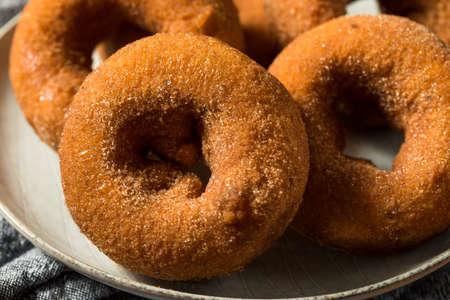Homemade Sweet Apple Cider Donuts with Sugar Standard-Bild