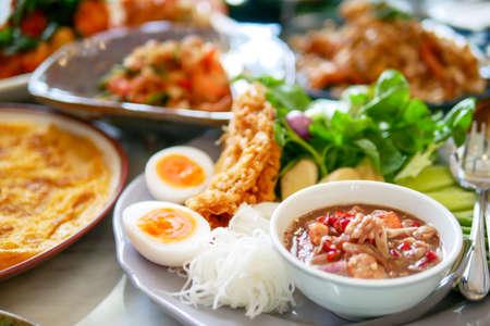 Südländisches thailändisches Essen, das köstlich und würzig ist, mit einer Vielzahl von Menüs, die auf dem Marmortisch platziert sind, Draufsicht? Standard-Bild