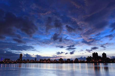 ciel avec nuages: Nuit, Skyline � Taiwan Taipei Banque d'images
