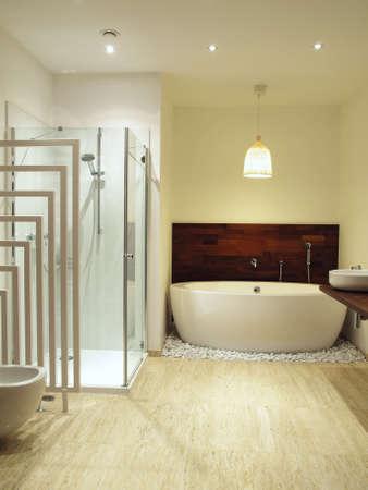 salle de bains: Salle de bains moderne avec un �clairage artificiel