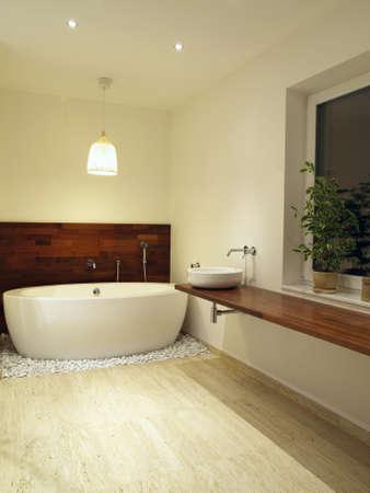 piastrelle bagno: Moderno bagno con piastrelle di travertino
