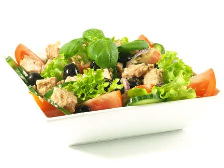 atun: Primer plano de una ensalada de atún con tomate, lechuga y aceitunas Foto de archivo