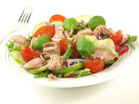 atun: Ensalada de atún con verduras diferentes en el fondo aislado Foto de archivo