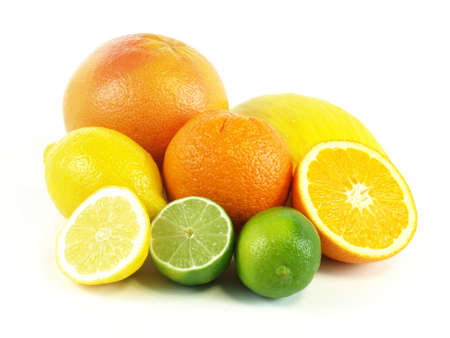 Cítricos de naranjas, toronjas, limones, limas y melones en el fondo aislado Foto de archivo