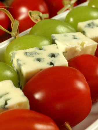 brochetas de frutas: De queso azul con tomates y las uvas se desempeñó como filetes marinados