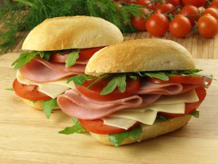bollos: Sandwiches con jam�n, queso y verduras