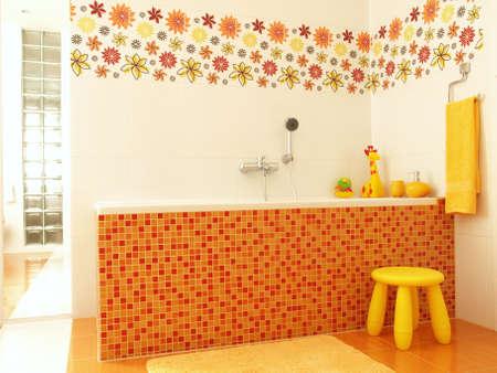 Színes Fürdőszoba Narancssárga Mozaik Káddal és Sárga Törölköző ...