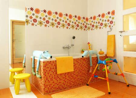piastrelle bagno: Bambini bagno amichevole arancione con un sacco di giocattoli Archivio Fotografico