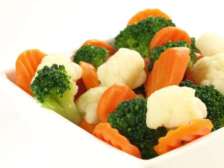 coliflor: Primer plano de verduras al vapor en el fondo aislado