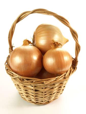 zwiebeln: Weidenkorb voller Zwiebeln auf wei�em Hintergrund