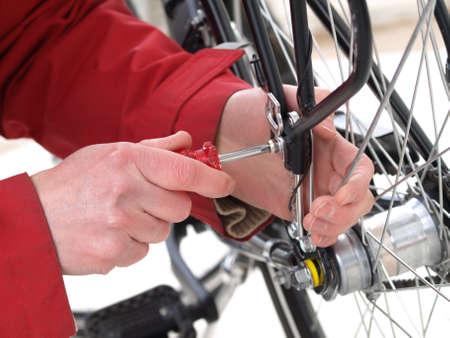 repairing: La reparaci�n de una llanta de bicicleta rota por un mec�nico Foto de archivo