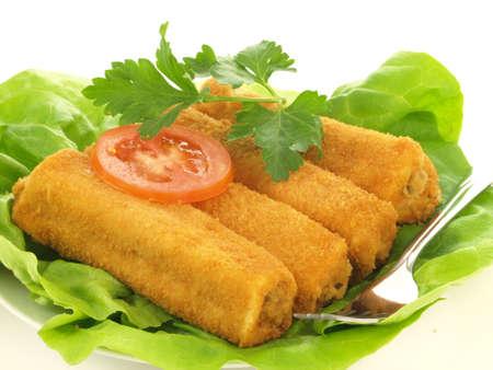 Croquette блюдо с листьями салата и помидор ломтик Фото со стока