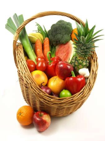 corbeille de fruits: Fruits OFE combin�s diff�rents et l�gumes dans le panier Banque d'images
