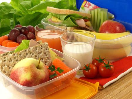 다채로운 과일과 야채를 가득 도시락 상자 스톡 콘텐츠